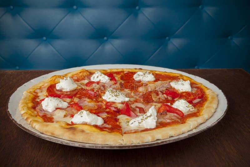 Pizza met heet worst en bacon stock afbeelding