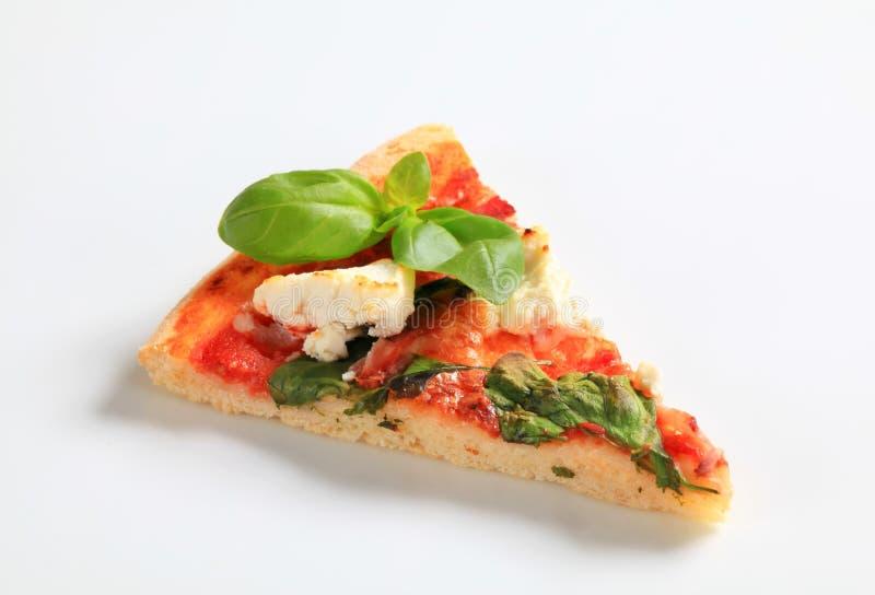 Pizza met kaas, bacon en spinazie stock afbeelding