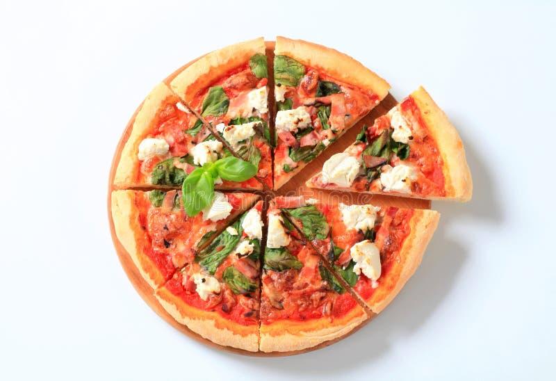 Pizza met kaas, bacon en spinazie royalty-vrije stock foto