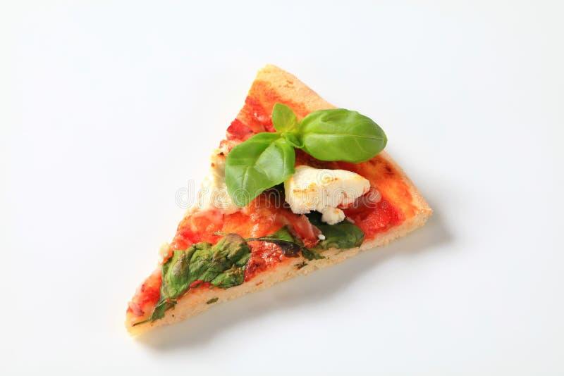 Pizza met kaas, bacon en spinazie royalty-vrije stock afbeeldingen