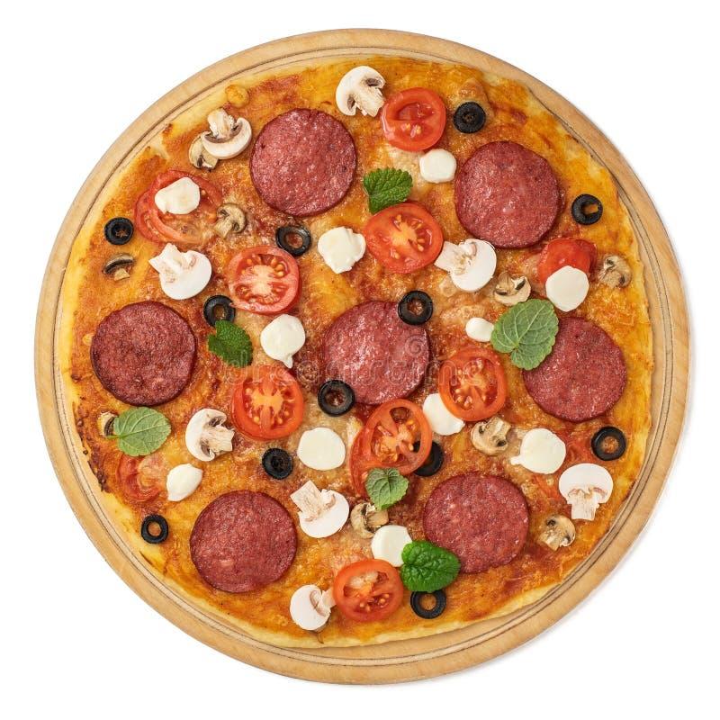 Pizza met kaas, mozarella, paddestoelen en salami op witte achtergrond wordt geïsoleerd die Hoogste mening stock afbeelding