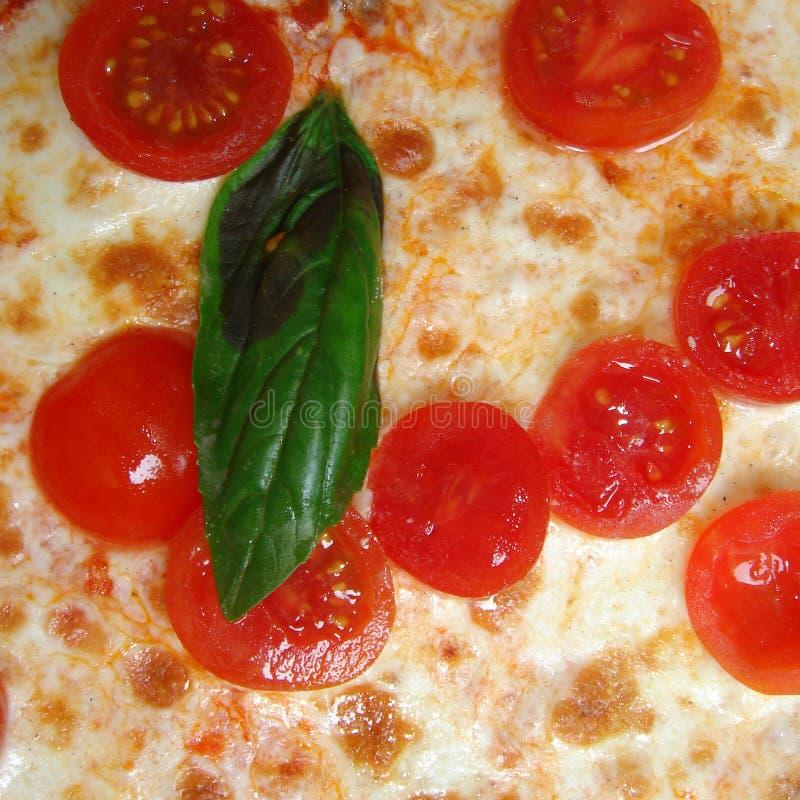 Pizza met kersentomaten stock afbeeldingen