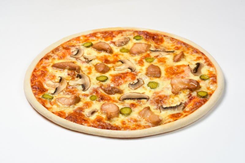 Pizza met kip, augurken en kaas op een witte achtergrond royalty-vrije stock afbeelding