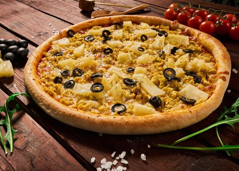 Pizza met kip en ananas op een houten lijst royalty-vrije stock afbeelding