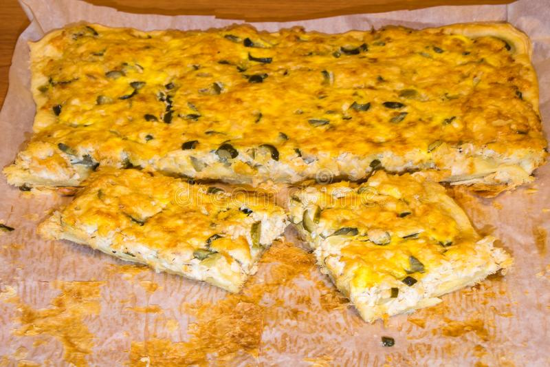 Pizza met kip en groenten in het zuur op een Witboek Eigengemaakt voedsel stock afbeeldingen