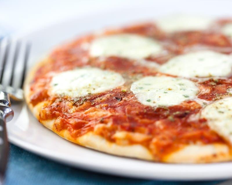 Pizza met mozarella royalty-vrije stock afbeeldingen