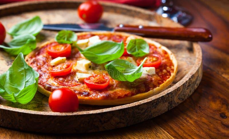 Pizza met mozarella en salami royalty-vrije stock afbeeldingen