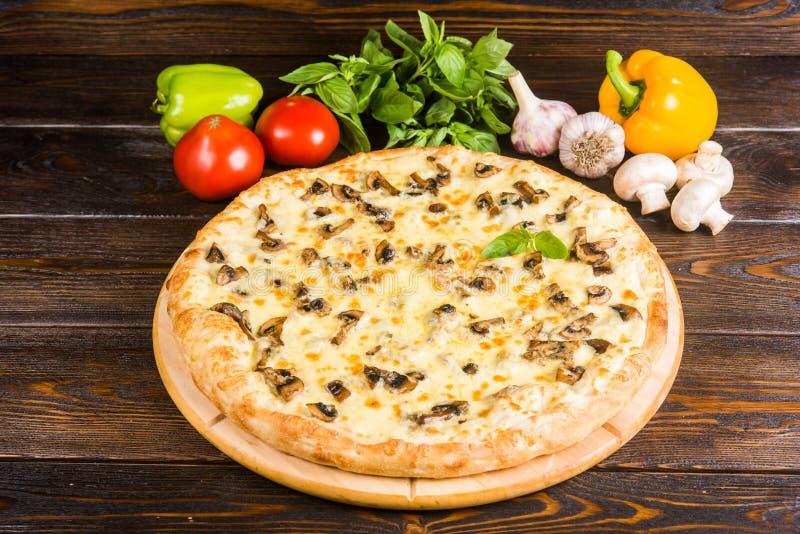 Pizza met paddestoelen en kaas op een donkere houten achtergrond met royalty-vrije stock foto's