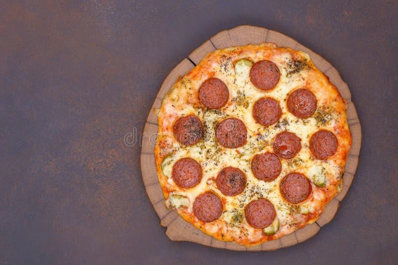Pizza met pepperoni royalty-vrije stock afbeeldingen