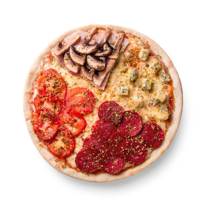 Pizza met pepperonis, champignons, tomaat en kaas Vier smaken in één pizza op witte achtergrond stock foto
