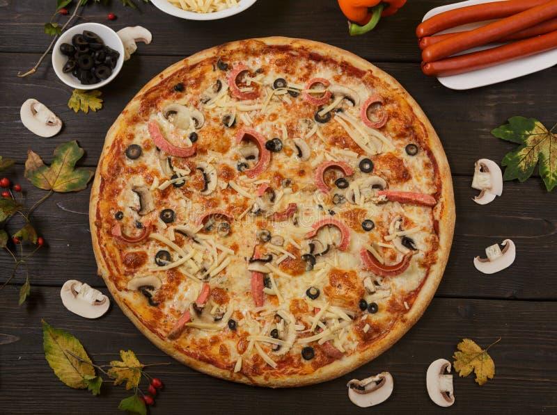 Pizza met Pepperonisworst en paddestoelen royalty-vrije stock fotografie