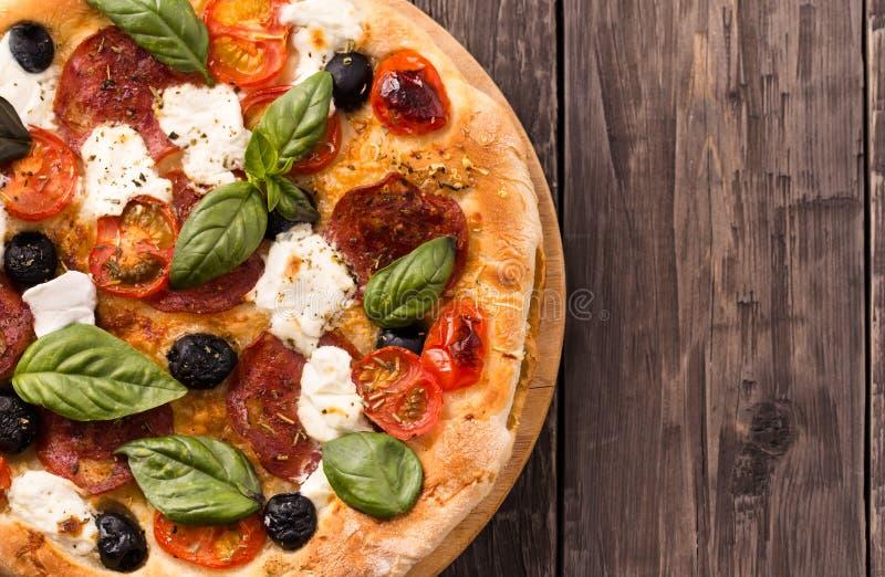 Pizza met salami en mozarella hoogste mening met exemplaar ruimteplattelander stock foto's