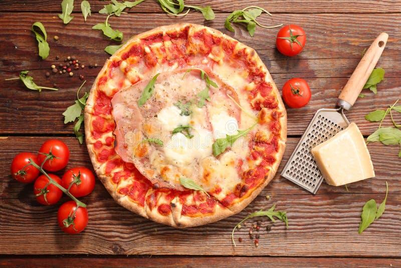 Pizza met tomatensaus en kaas stock foto's