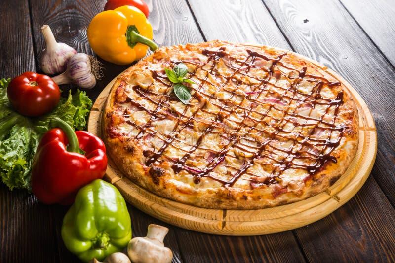 Pizza met ui, bacon en barbecuesaus royalty-vrije stock foto