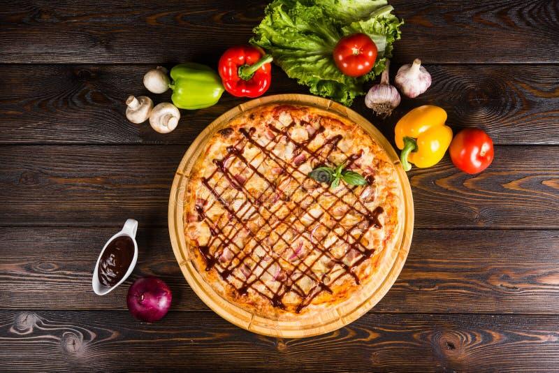 Pizza met ui, bacon en barbecuesaus royalty-vrije stock afbeelding