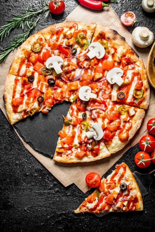 Pizza mexicaine coupée en tranches parfumée avec des champignons et des tomates photo stock