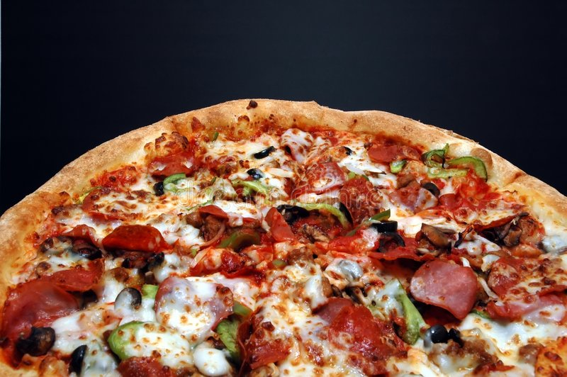 Pizza mit alles stockbild