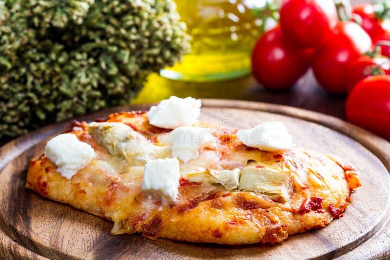 Pizza mit Artischocke und oregan auf Holz stockfotografie