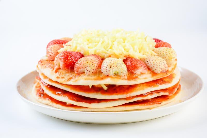 Pizza mit Erdbeere und Käsen lizenzfreies stockfoto