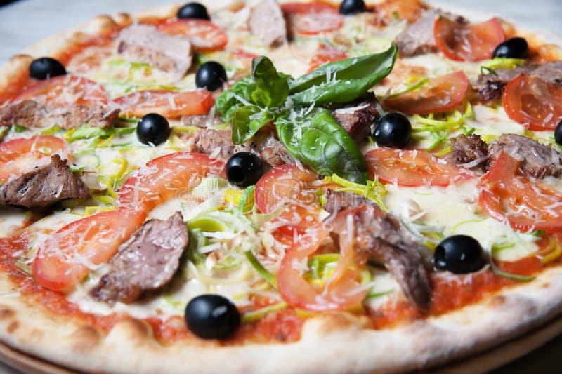 Pizza mit Fleisch lizenzfreie stockfotos