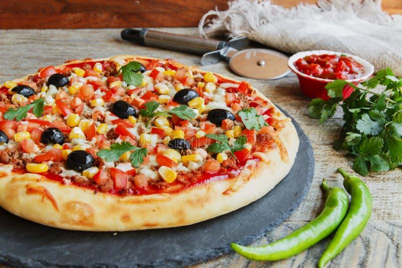 Pizza mit Hackfleischtomatenkäse-Maisoliven stockbilder