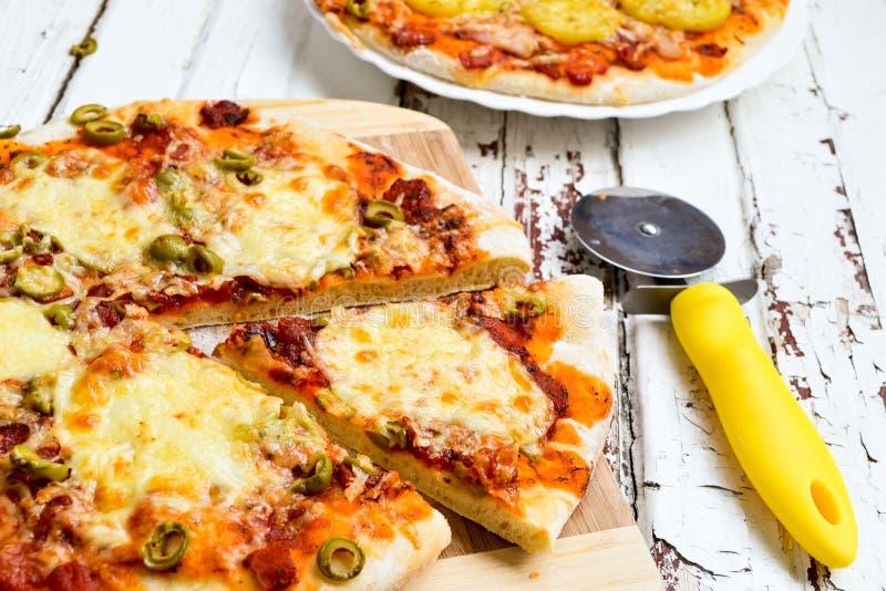 Pizza mit Kartoffeln und Speck und Pizza mit Käse stockfotos