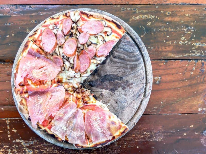 Pizza mit Meeresfrüchten, Salami und Wurst lizenzfreie stockbilder