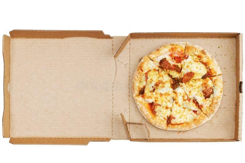 Pizza mit Pepperonis, Schweinefleisch, Mozzarellakäse, Tomatensauce und italienischen Kräutern in der offenen Pappschachtel Besch stockfoto