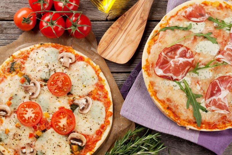 Pizza mit Prosciutto und Mozzarella und mit Tomaten und mushr stockfotografie