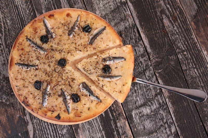 Pizza mit Sardelle lizenzfreie stockfotografie