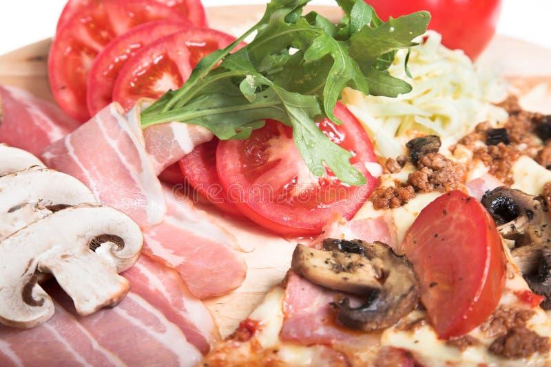 Pizza mit Schinken lizenzfreies stockfoto