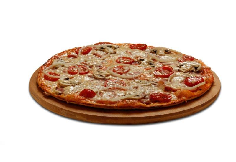 Pizza mit Schinken und Speck Auf Weiß lizenzfreie stockfotos