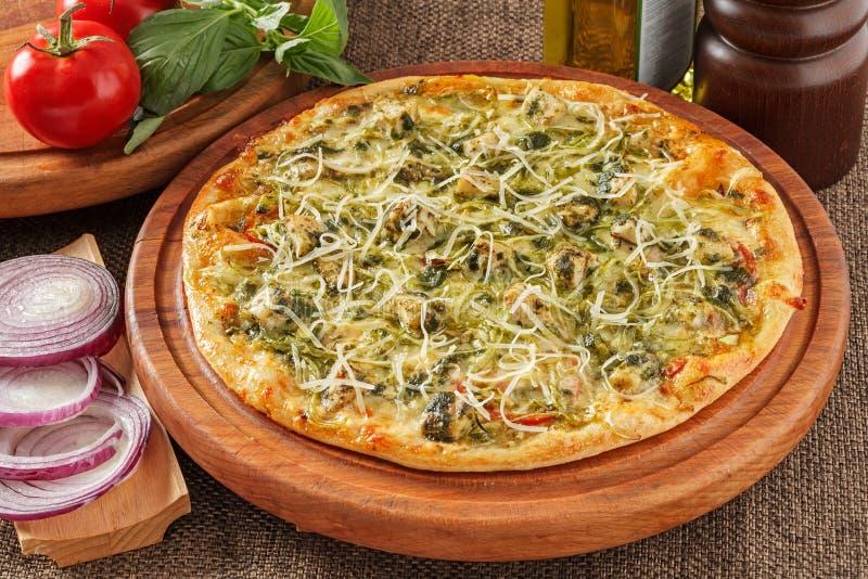 Pizza mit Spinat stockfoto