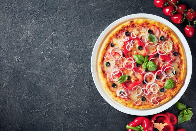 Pizza mit Tomaten, Käse, Zwiebeln, Schinken, Oliven stockfotos