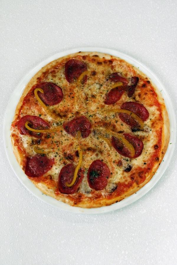 Pizza mit Wurst auf weißem Hintergrund lizenzfreie stockfotos