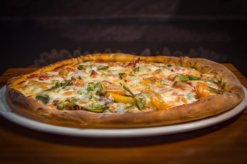 Pizza muy sabrosa en un café imagenes de archivo