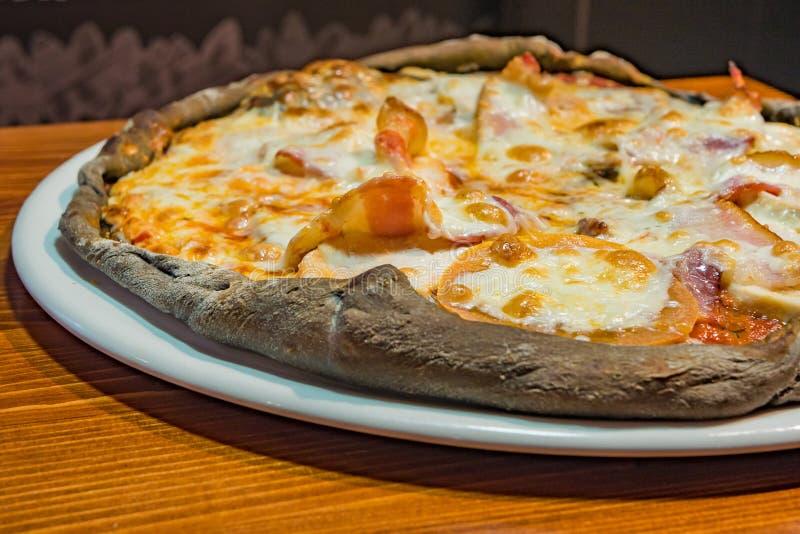 Pizza muy sabrosa en un café fotografía de archivo