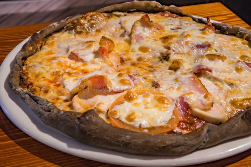 Pizza muy sabrosa en un café imagen de archivo libre de regalías
