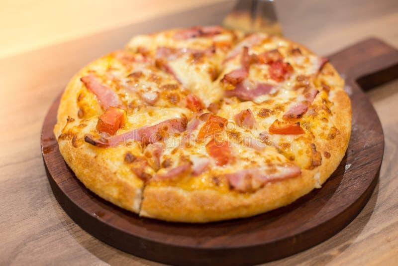 Pizza na bandeja de madeira imagens de stock royalty free