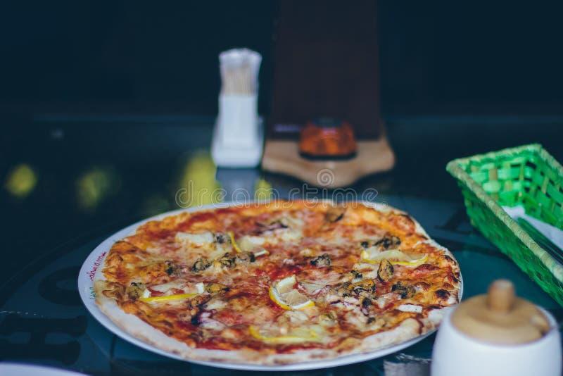 Pizza na placa fotografia de stock