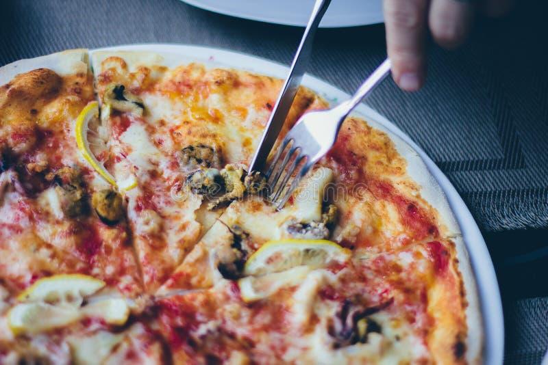 Pizza na placa imagens de stock