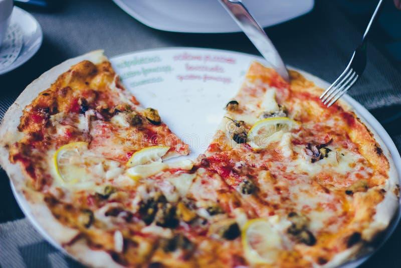 Pizza na placa foto de stock