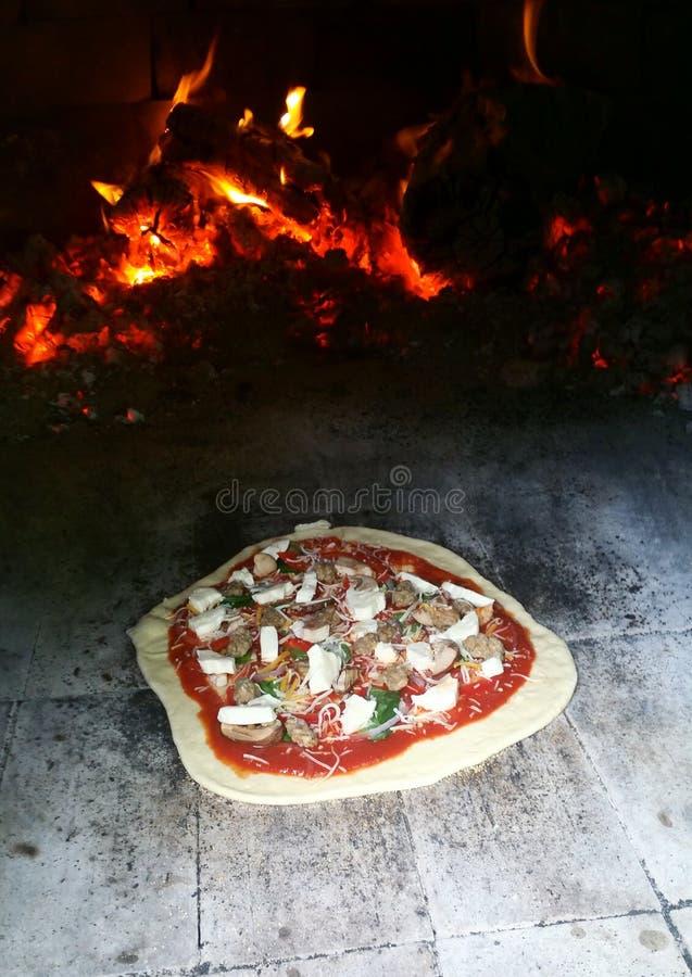 Pizza no forno do tijolo (Horno) fotografia de stock