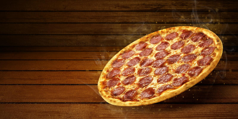 Pizza no voo no fundo de madeira da mesa da tabela Inseto e cartaz relativos ? promo??o do conceito para restaurantes ou pizzeria fotos de stock royalty free