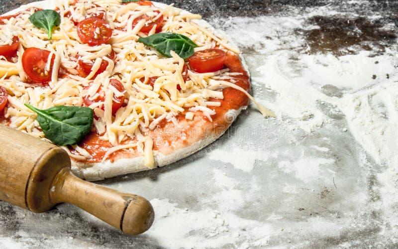 Pizza non préparée avec des ingrédients photos libres de droits