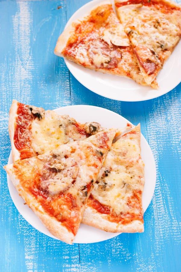 Pizza och fruktsaft royaltyfria foton