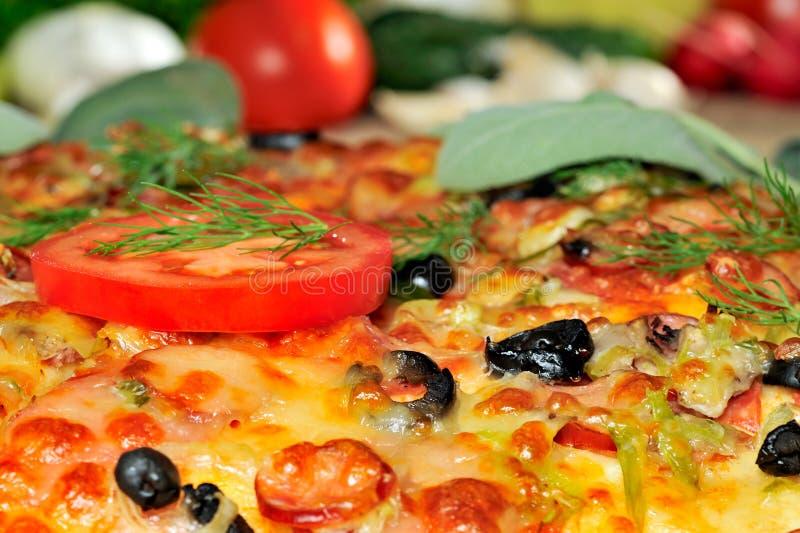 Pizza och nya grönsaker arkivfoto