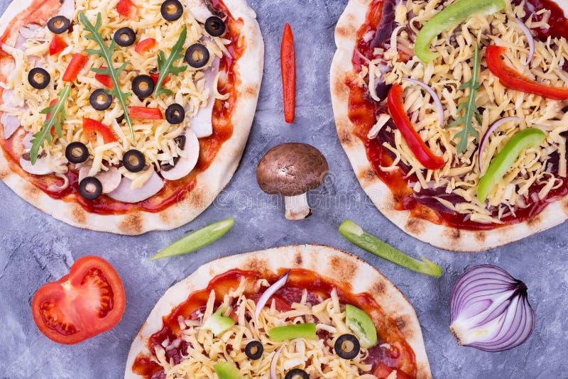 Pizza, oignons, tomate, champignons et poivre image libre de droits
