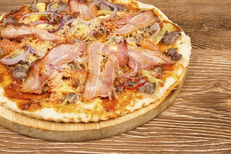 Pizza op donkere houten achtergrond royalty-vrije stock foto