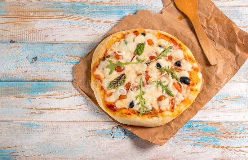 Pizza op een houten mening van de lijstbovenkant stock foto